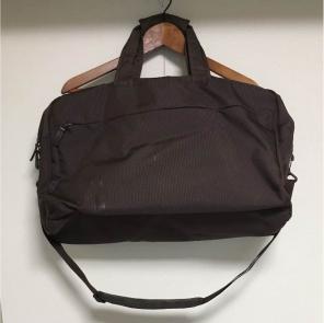 Phantom4のでかいケースをそのままバッグに入れても横に若干の余裕があるので、アクセサリーも同時に収納できます。  ちょっとわかりづらいですがケースの右側に ...