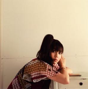 女子高生スタイルの南波志帆さん