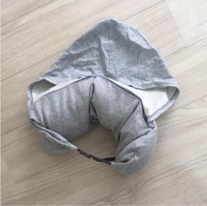 3.すっぽり包まれてリラックス…「フード付きネックピロー」